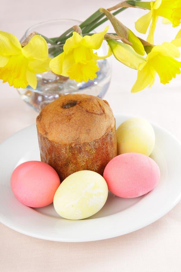 De cake en de eieren van Pasen stock afbeelding