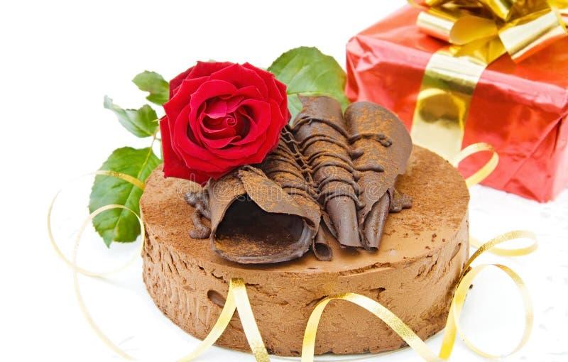 De cake en de gift van de verjaardag stock afbeelding