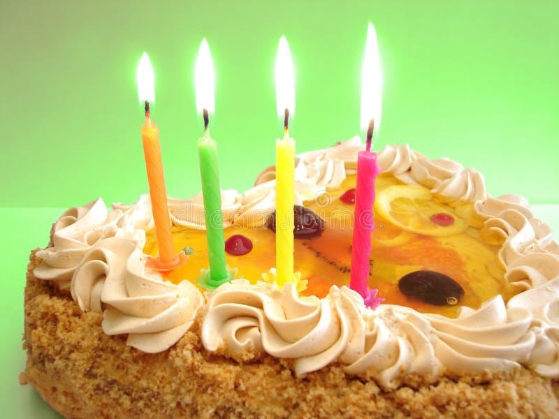 De cake en de kaarsen van de verjaardag royalty-vrije stock afbeeldingen