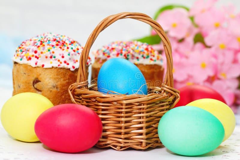 De cake en de eieren van Pasen stock foto's