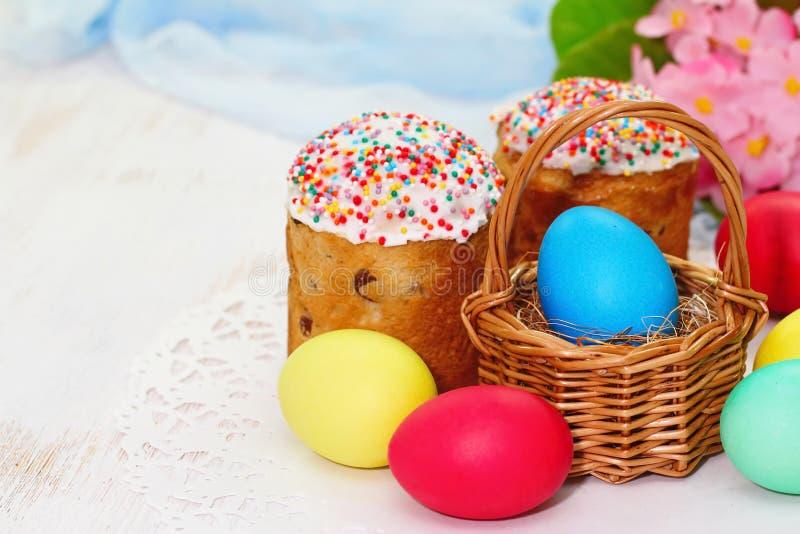 De cake en de eieren van Pasen stock afbeeldingen