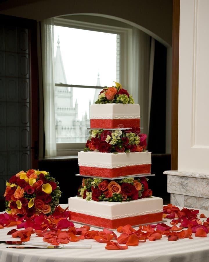 De Cake En Het Boeket Van Het Huwelijk Stock Afbeeldingen