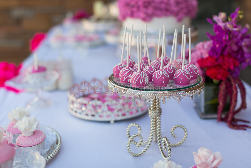 De cake knalt en cupcakes royalty-vrije stock fotografie