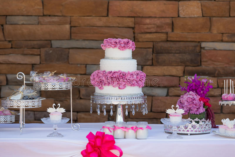De cake knalt en cupcakes stock fotografie