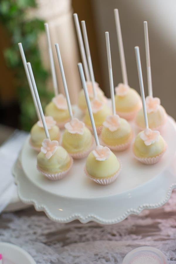 De cake knalt en cupcakes stock afbeeldingen