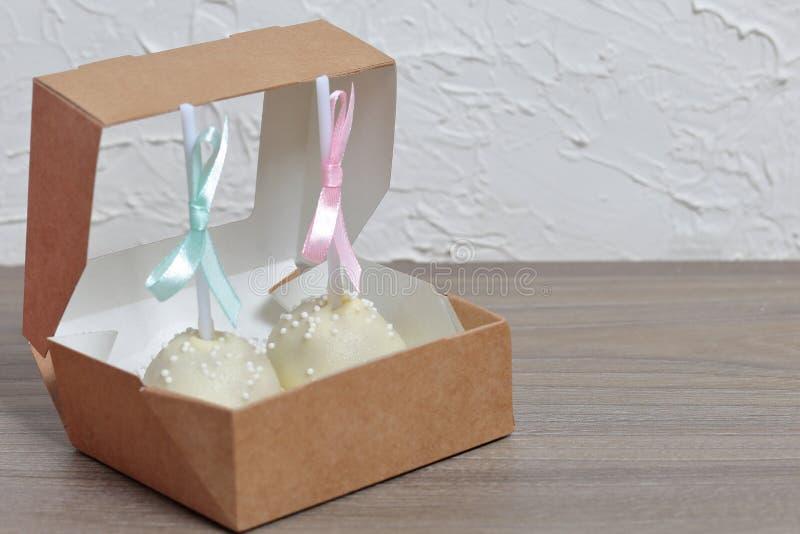 De cake knalt verfraaid met een boog van vlecht, die in een giftdoos wordt ingepakt royalty-vrije stock afbeeldingen