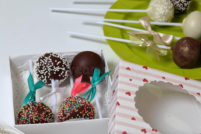 De cake knalt verfraaid met een boog van vlecht, die in een giftdoos wordt ingepakt Andere snoepjes zijn dicht langs op de plaat royalty-vrije stock afbeelding