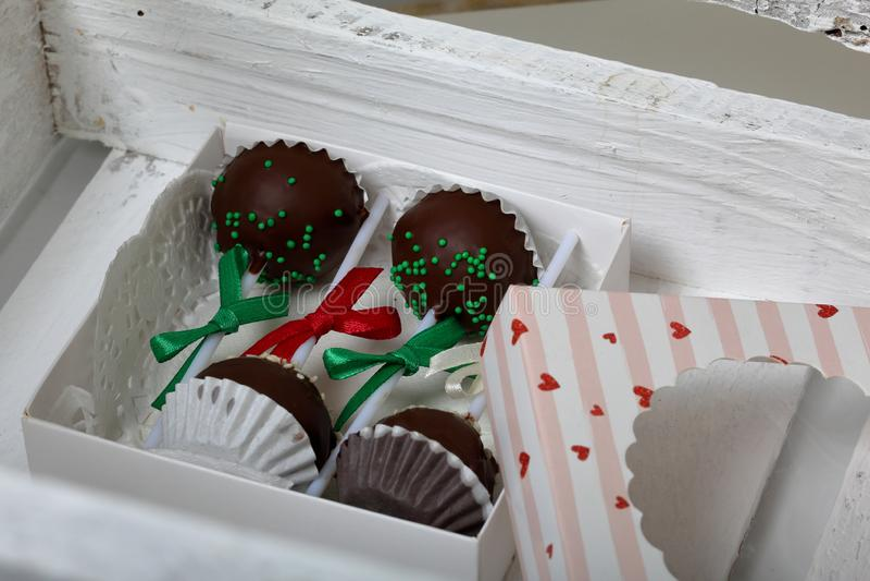 De cake knalt verfraaid met een boog van vlecht, die in een giftdoos wordt ingepakt In een houten doos geschilderd wit royalty-vrije stock afbeelding