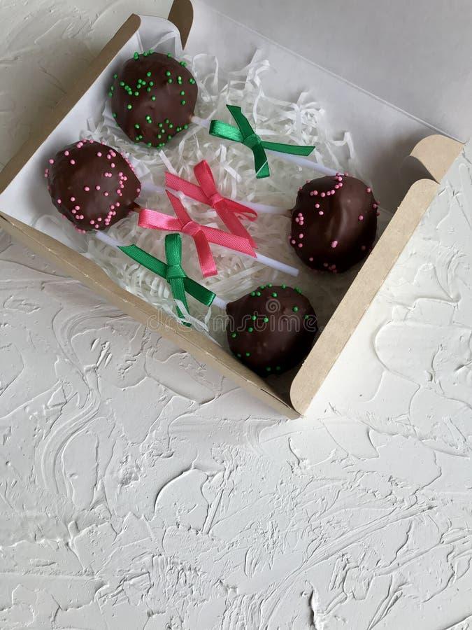 De cake knalt verfraaid met een boog van vlecht, die in een giftdoos wordt ingepakt Op de oppervlakte met decoratief pleisterwit  royalty-vrije stock fotografie