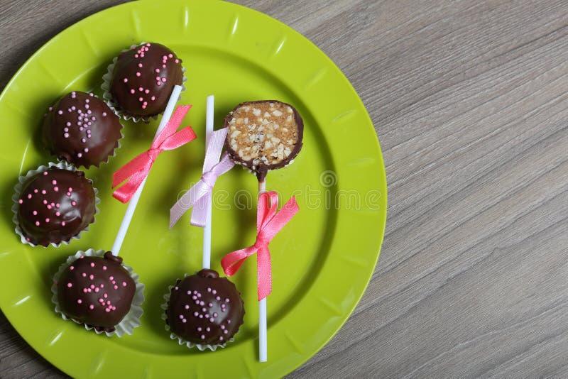 De cake knalt verfraaid met een boog van vlecht Lig op een plaat Één suikergoed wordt gesneden royalty-vrije stock foto