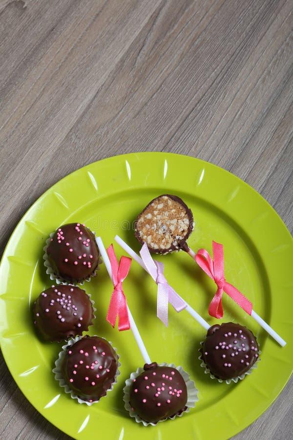 De cake knalt verfraaid met een boog van vlecht Lig op een plaat Één suikergoed wordt gesneden stock foto's