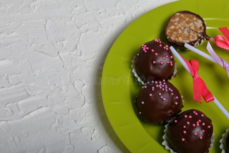 De cake knalt verfraaid met een boog van vlecht Lig op een plaat Één suikergoed wordt gesneden Op de oppervlakte met decoratief p royalty-vrije stock afbeelding