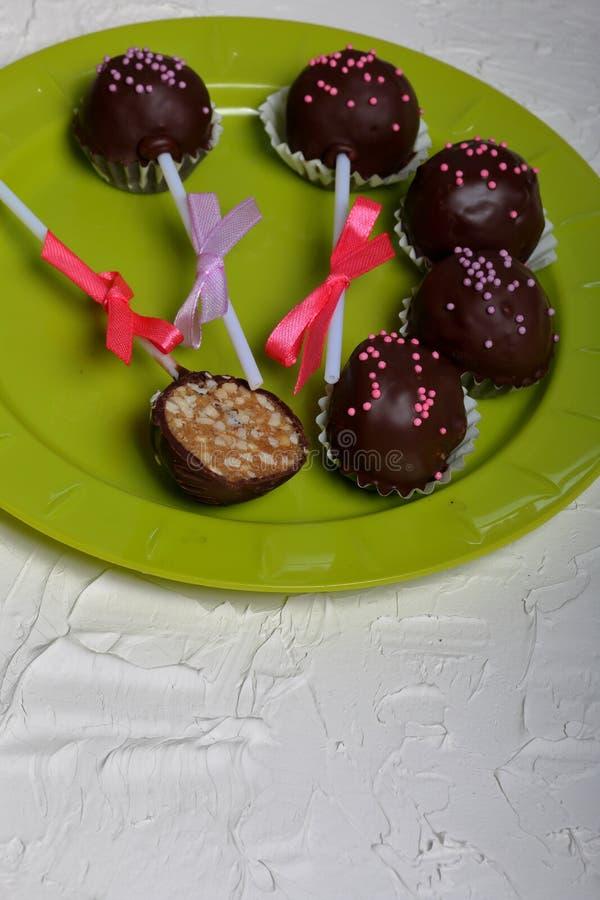 De cake knalt verfraaid met een boog van vlecht Lig op een plaat Één suikergoed wordt gesneden Op de oppervlakte met decoratief p stock afbeelding
