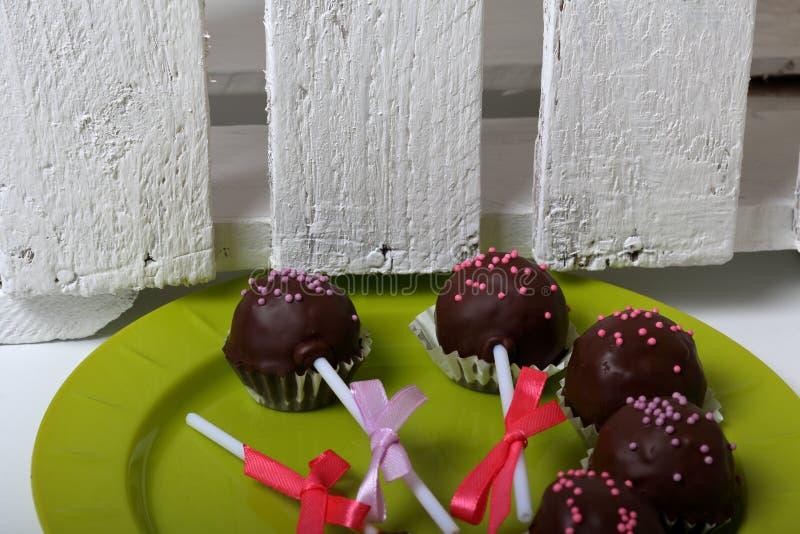De cake knalt verfraaid met een boog van vlecht Lig op een plaat Naast de houten doos, geschilderd wit royalty-vrije stock foto's