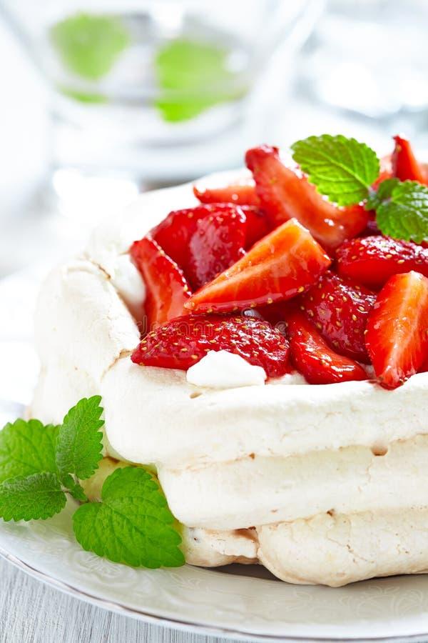 De cake van aardbeipavlova stock fotografie