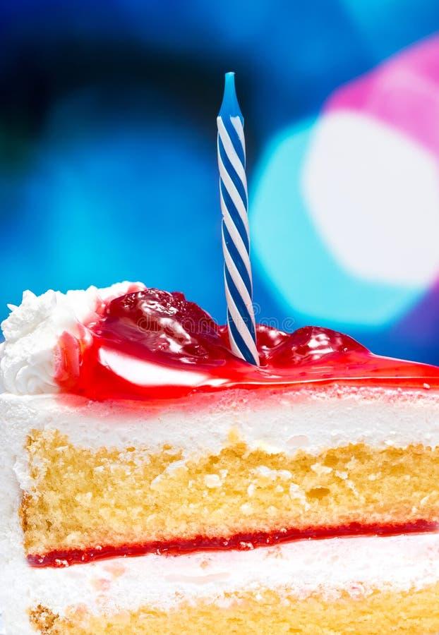 De Cake van de aardbeiverjaardag wijst op Verrukkelijke Desserts en Vruchten stock foto's