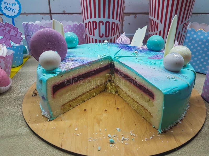 De cake van de babydouche voor een meisje en een jongen, met blauwe binnen glans en gelei stock fotografie