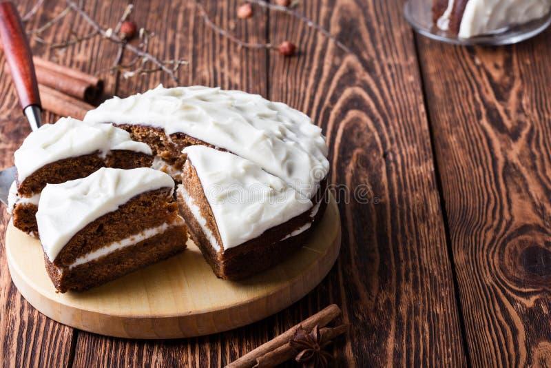 De cake van de Butternutpompoen met roomkaas het berijpen stock foto's