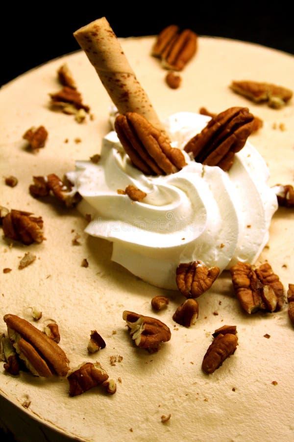 De cake van cappuccino's met okkernoten stock afbeeldingen