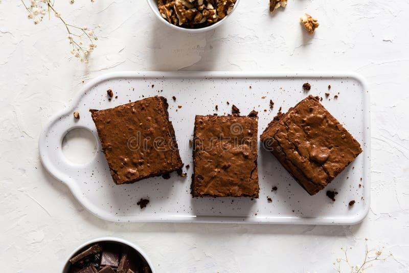 De cake van de chocoladebrownie, dessert met noten op donkere achtergrond, direct hierboven, exemplaarruimte royalty-vrije stock fotografie