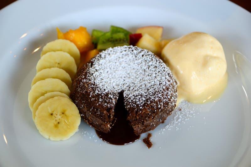 De cake van de chocoladelava en vanilleroomijs stock foto's
