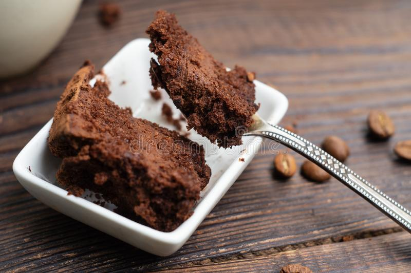 De cake van de chocoladetruffel in een plaat en op een vork royalty-vrije stock afbeelding