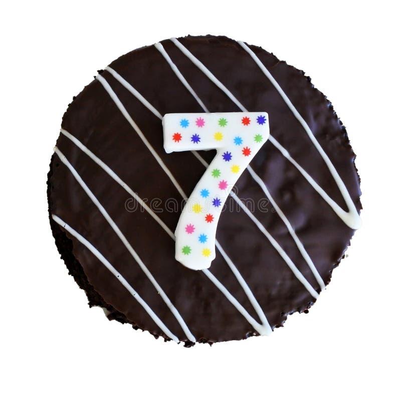 De cake van de chocoladeverjaardag op witte achtergrond wordt geïsoleerd die stock afbeeldingen