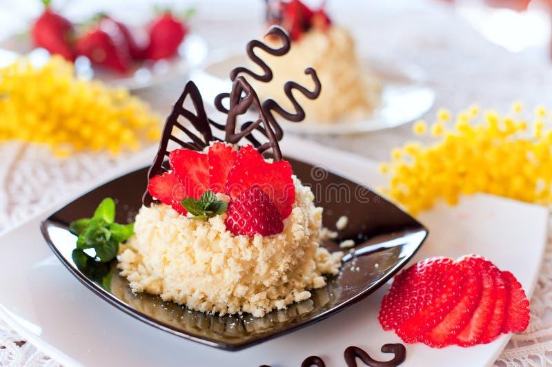 Download De Cake Van De Aardbei Met Chocolade Stock Foto - Afbeelding bestaande uit viering, bakkerij: 29510352