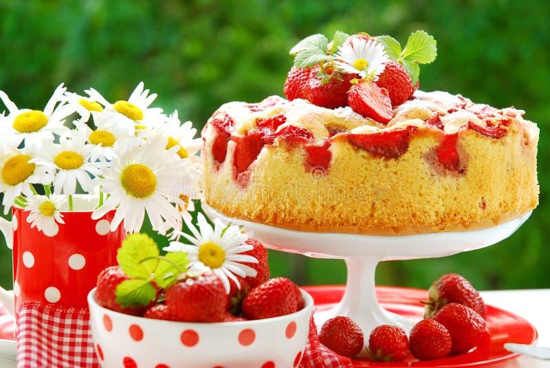 De cake van de aardbei op lijst in de tuin stock foto