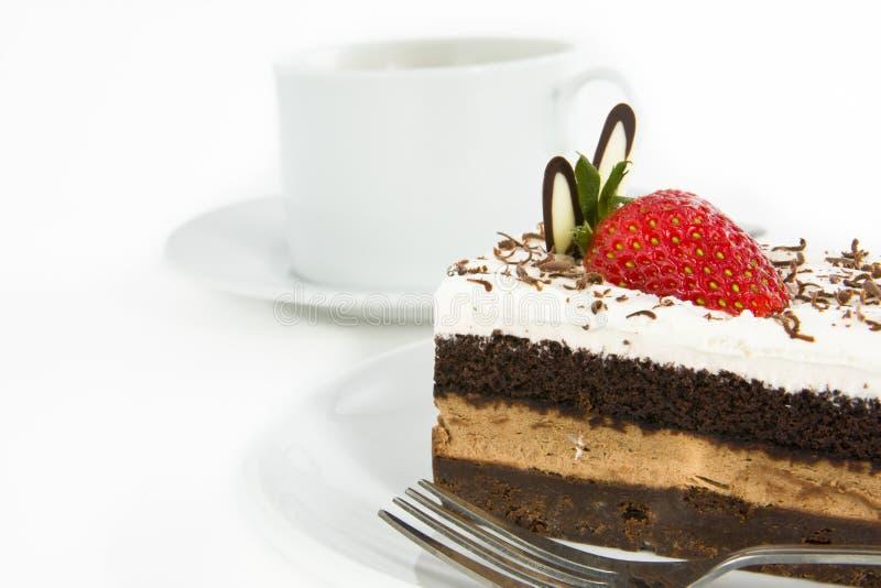 De cake van de chocolade met aardbei op bovenkant stock foto