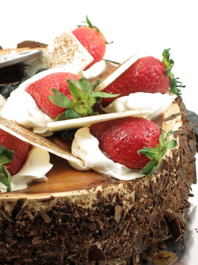 De cake van de chocolade met aardbeien het bedekken stock foto's