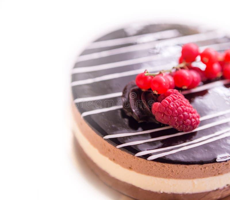 De cake van de chocolade met bessen royalty-vrije stock fotografie