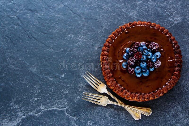 De cake van de chocolade met bessen royalty-vrije stock afbeelding