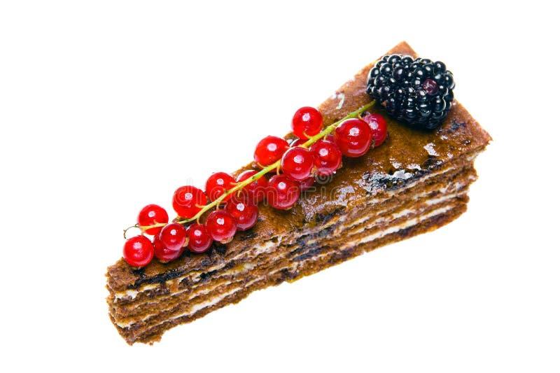 De Cake van de chocolade met een rode aalbes en een braambes stock afbeeldingen