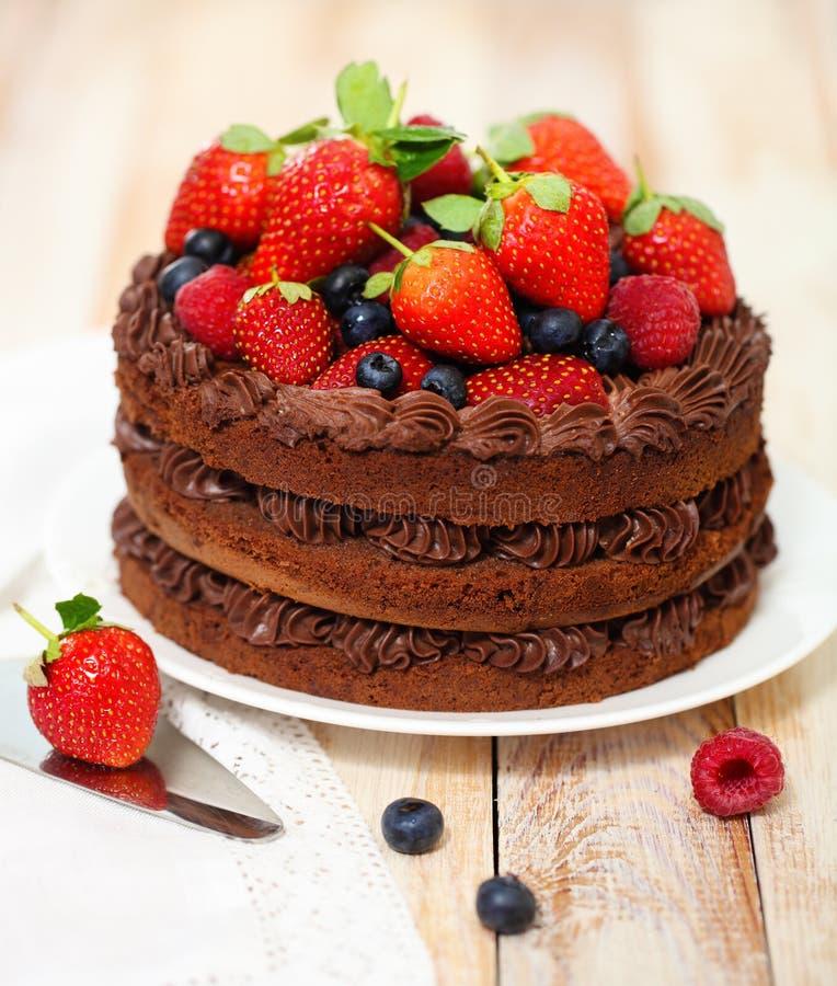 De cake van de chocolade met suikerglazuur en verse bes royalty-vrije stock fotografie