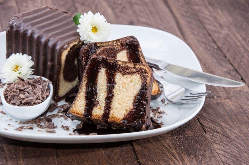 De Cake van de chocolade op een plaat stock afbeelding
