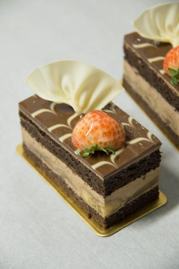 De cake van de chocoladebanaan op een Witboek royalty-vrije stock fotografie