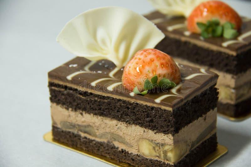 De cake van de chocoladebanaan op een Witboek royalty-vrije stock afbeelding