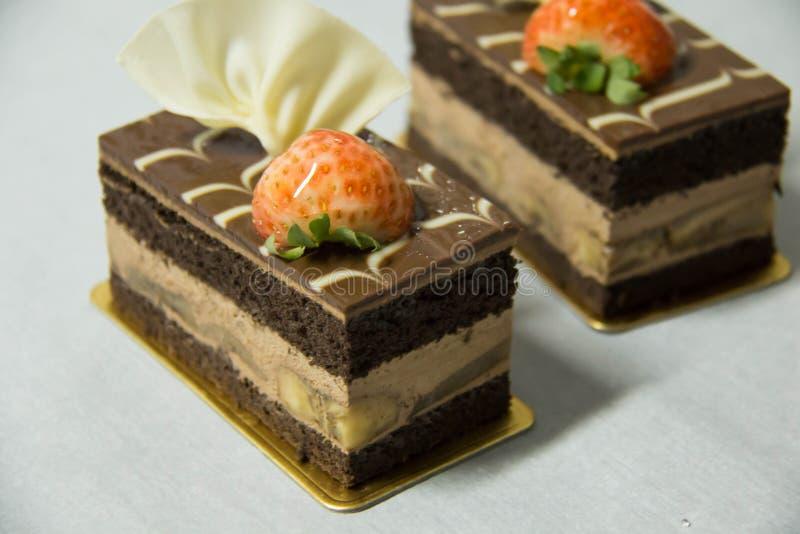 De cake van de chocoladebanaan op een Witboek stock afbeelding