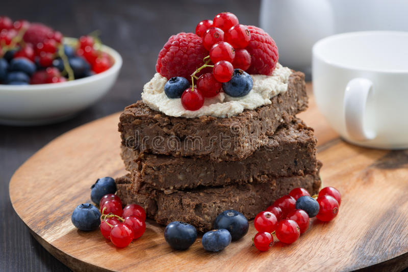 De cake van de chocoladebrownie met noten en verse bessen royalty-vrije stock foto's