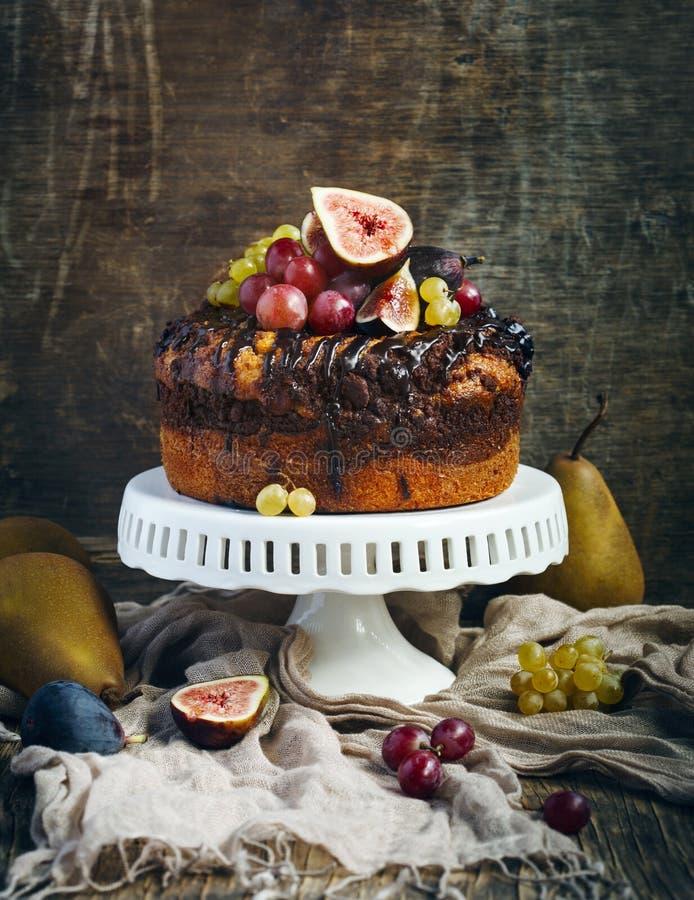 De cake van de chocoladekoffie met verse vruchten wordt verfraaid die stock foto