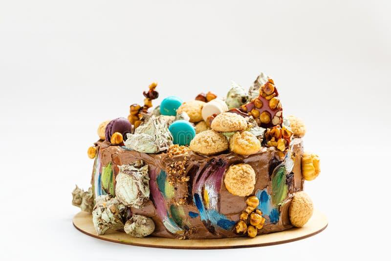 De cake van de chocoladeroom met kleurrijke decoratie stock afbeelding