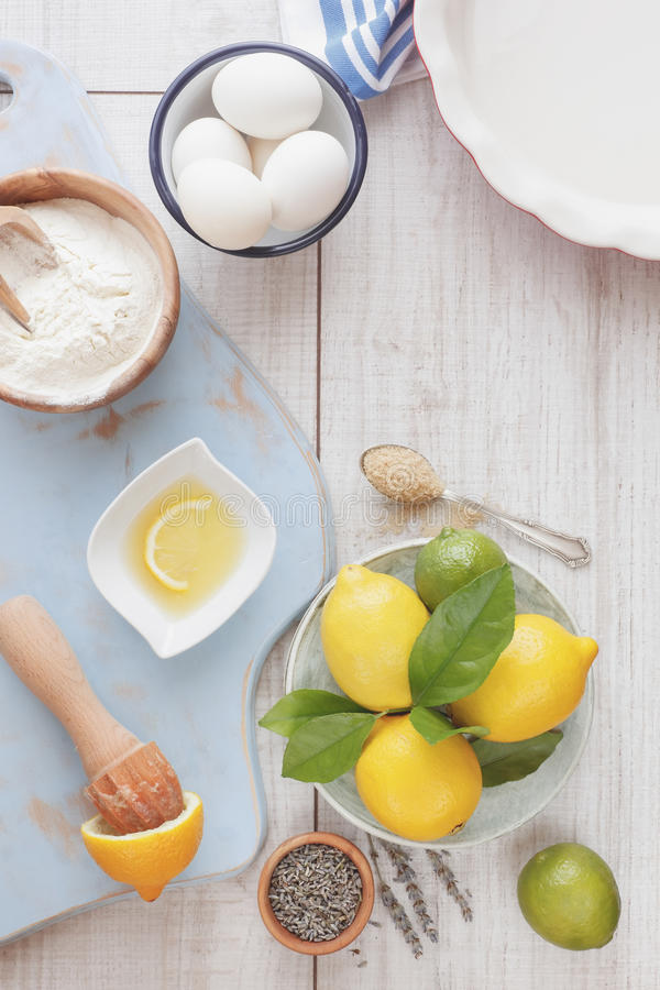 De cake van de citroenlavendel royalty-vrije stock afbeeldingen