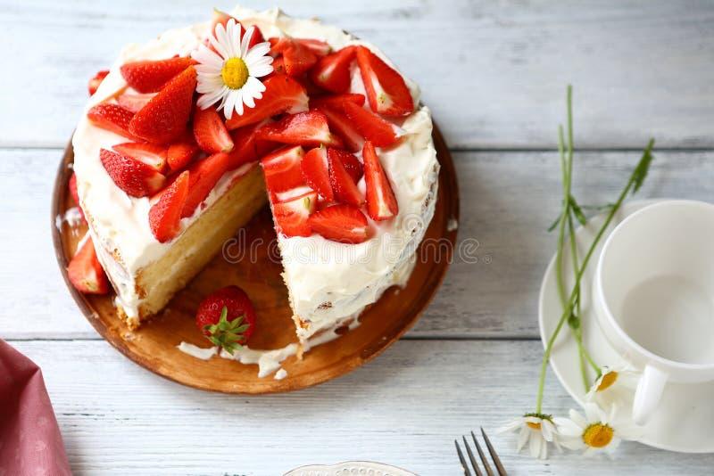 De cake van de de zomeraardbei met room royalty-vrije stock foto's