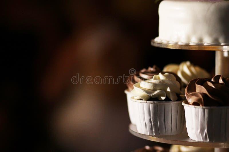 De cake van de huwelijkskop royalty-vrije stock afbeeldingen
