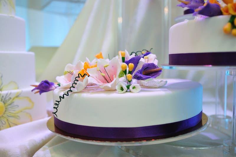 De Cake van de Room van het huwelijk met bloemdecoratie stock afbeelding