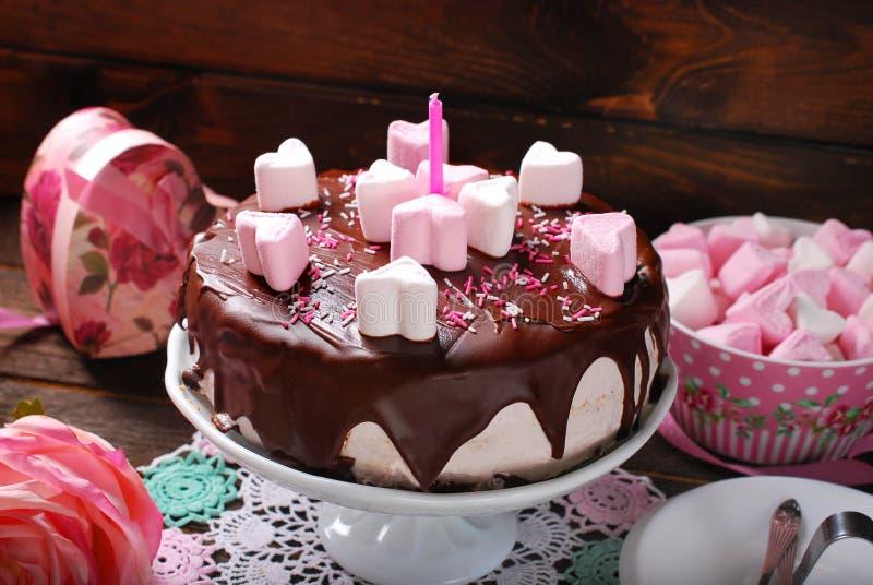 De cake van de valentijnskaartendag met hart gevormde heemstdecoratie stock foto