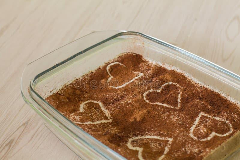 De cake van de valentijnskaartenkoffie met romige soufflé stock afbeeldingen