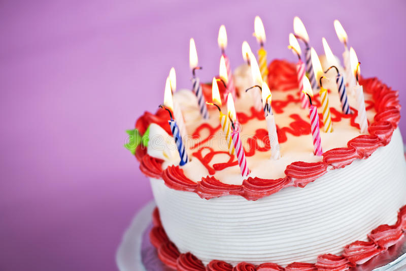 De cake van de verjaardag met aangestoken kaarsen royalty-vrije stock foto's