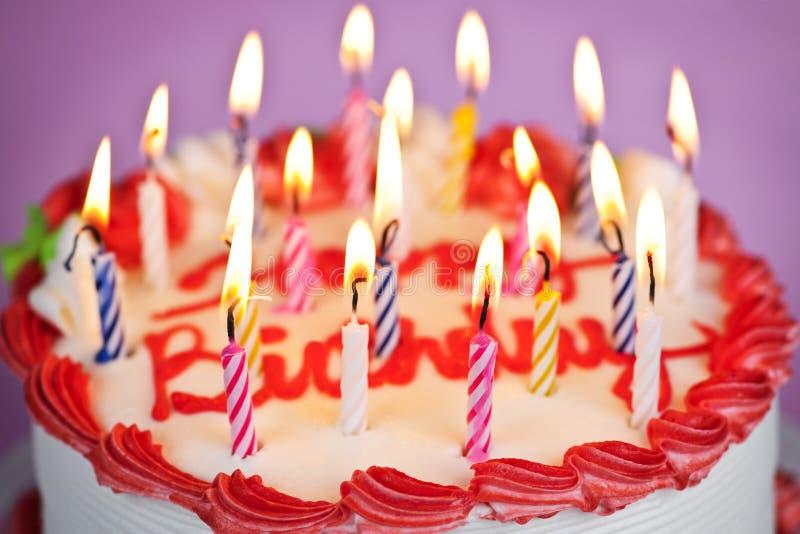 De cake van de verjaardag met aangestoken kaarsen royalty-vrije stock foto